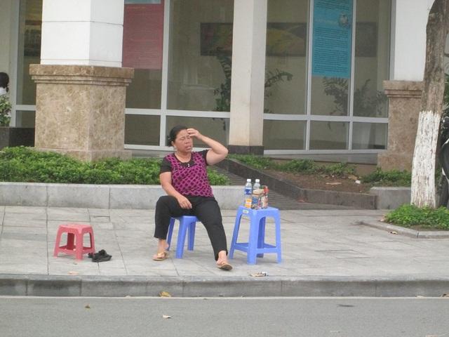 Theo những người bán hàng thì khách thường mua nước để mang theo chứ không ngồi lại.