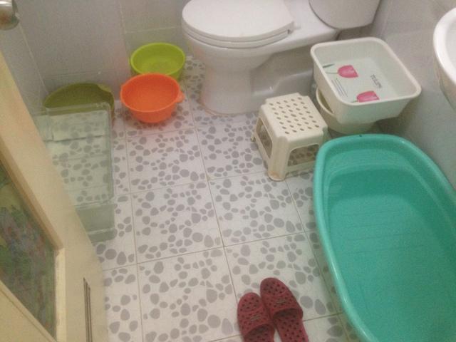 Các loại vật dụng đều được sử dụng trữ nước tại một căn hộ thuộc HH Linh Đàm.