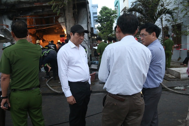 Ông Huỳnh Đức Thơ, Chủ tịch UBND TP Đà Nẵng có mặt tại hiện trường chỉ đạo khắc phục vụ việc và động viên gia đình nạn nhân. Ảnh: T.T