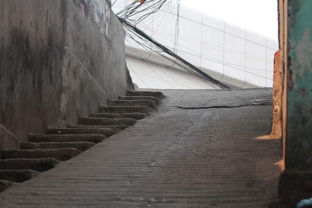 Từ cốt nền một căn nhà dưới ngõ nhìn lên mặt đường lớn. Để tránh trơn trượt cho người đi bộ, người ta đã làm các bậc như cầu thang.