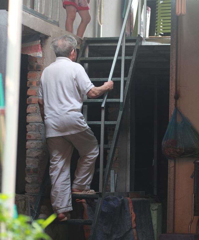 Mỗi lần muốn ra đường, mọi người trong nhà phải trèo chiếc cầu thang cao hơn 2m.