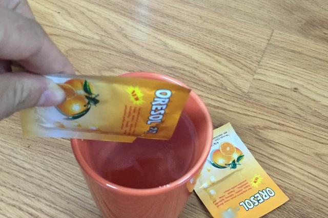 Pha oresol cần pha đúng tỷ lệ ghi trên bao bì sản phẩm. Ảnh: T.Nguyên
