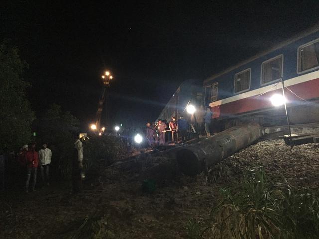 Dù đã điều động tối đa lực lượng và phương tiện nhưng công tác cứu hộ cứu nạn vẫn gặp nhiều khó khăn do vị trí xảy ra tai nạn gần vùng trũng thấp, nhiều nước...