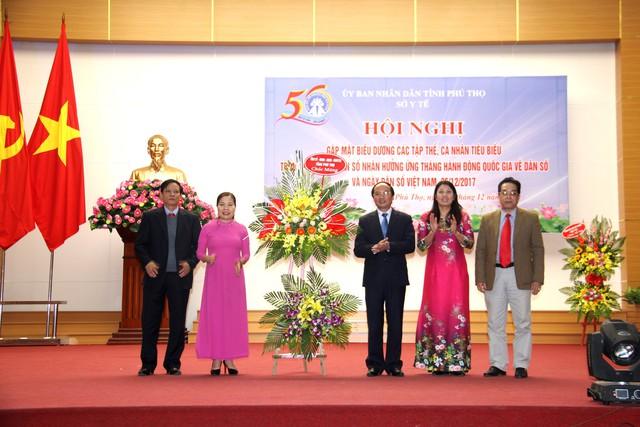 Đồng chí Hà Kế San - Ủy viên BTV Tỉnh ủy, Phó Chủ tịch UBND,Trưởng Ban chỉ đạo công tác dân số và phát triển tỉnh tặng hoa chúc mừng Ngày Dân số Việt Nam.