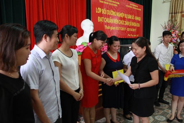 Bà Trần Thị Huyền, Phó Giám đốc Sở Y tế, Chi cục Trưởng Chi cục DS-KHHGĐ tỉnh Phú Thọ trao chứng chỉ cho các học viên