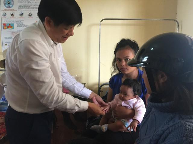 Thứ trưởng Bộ Y tế Nguyễn Thanh Long thăm một bệnh nhi đang điều trị tại Trung tâm y tế xã Đạ Sar, huyện Lạc Dương, Lâm Đồng. Ảnh: V.Thu