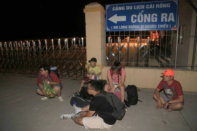 Hình ảnh đoàn khách du lịch ngồi vạ vật tại cảng Cái Rồng tối ngày 1/5. Ảnh: (Bạn đọc cung cấp)