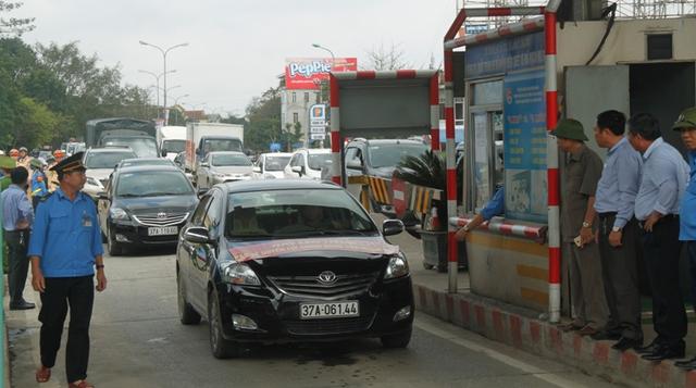 Người dân đưa ô tô phản đối trạm thu phí sáng 19/3. Ảnh: V.Đồng
