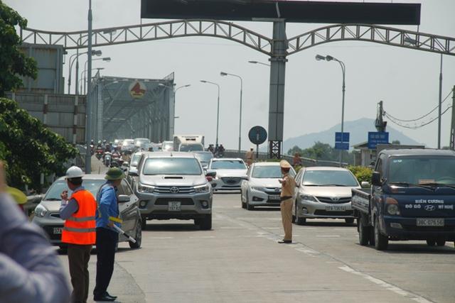 Nhiều xe ô tô của người dân di chuyển chậm đến trạm thu phí. Ảnh: V.Đồng