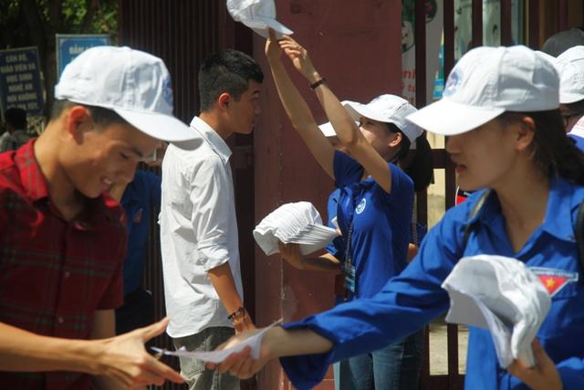 Lực lượng tình nguyện viên luôn túc trực tại điểm thi để hỗ trợ các sĩ tử.