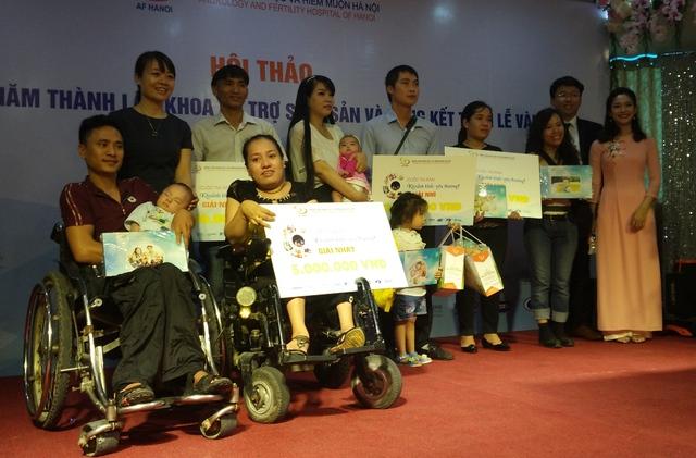 Vợ chồng anh Năm và các gia đình đạt giải trong cuộc thi ảnh Khoảnh khắc yêu thương của Bệnh viện.