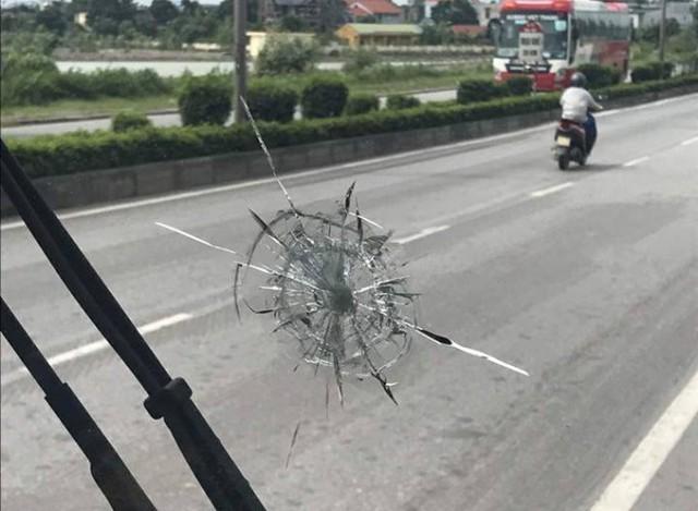 Vết kính ô tô bị rạn nứt sau khi bị đối tượng bắn. Ảnh: (Bạn đọc cung cấp)
