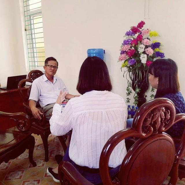 Ông Nguyễn Hữu Đạt giải thích về các khoản thu và việc giữ quỹ không đúng của nhà trường. Ảnh: VT