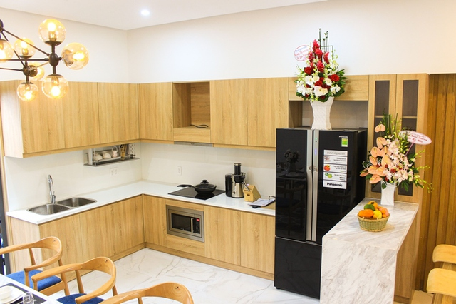 Phòng bếp được thiết kế ấm cúng, đẹp mắt với nhiều thiết bị sang trọng...