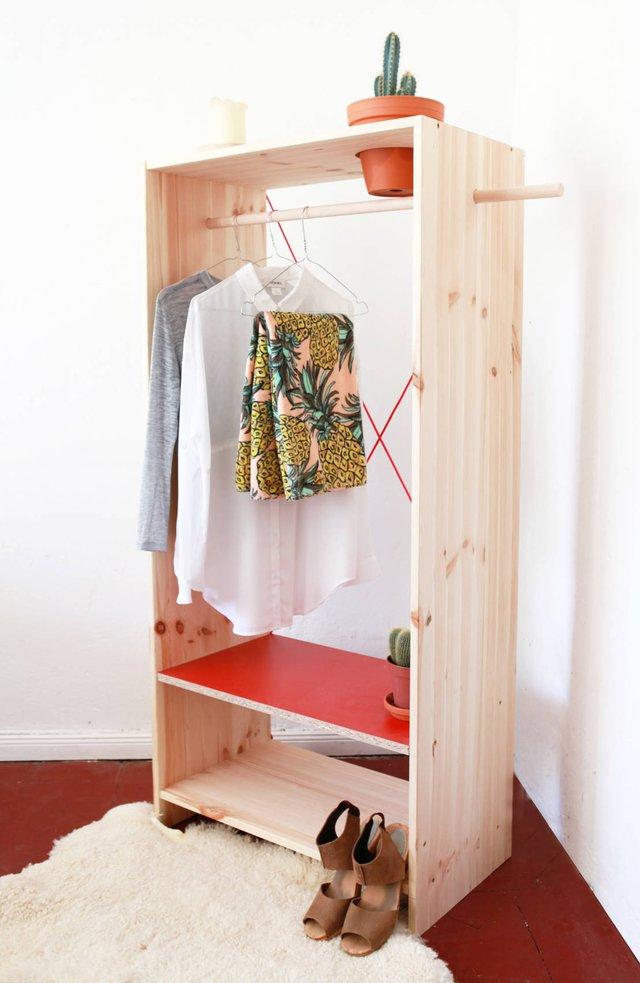 1. Thiết kế tủ gỗ đơn giản nhưng có công dụng treo quần áo, đựng giày và bày chậu cây trang trí. Diện tích của thiết kế nhỏ, gọn gàng mà lại có hiệu quả sử dụng cao.