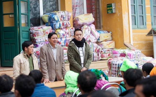 Những ngày cuối năm, Tuấn Hưng cùng đồng nghiệp và đội bóng của anh lên vùng cao làm từ thiện với mong muốn nhiều người được đón Tết ấm no hơn.