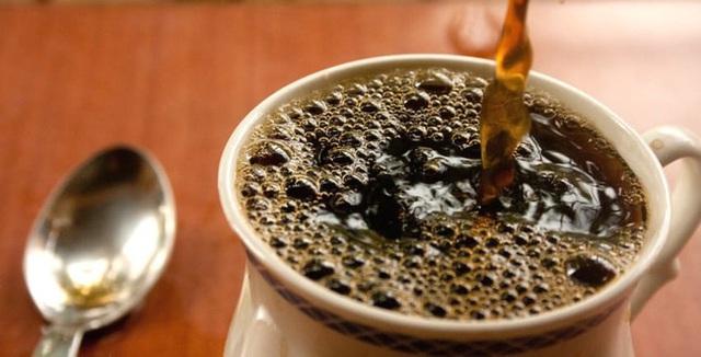 Một trong những mẹo tôi thích nhất đó là đổ cà phê vào máy giặt (Ảnh: Internet)