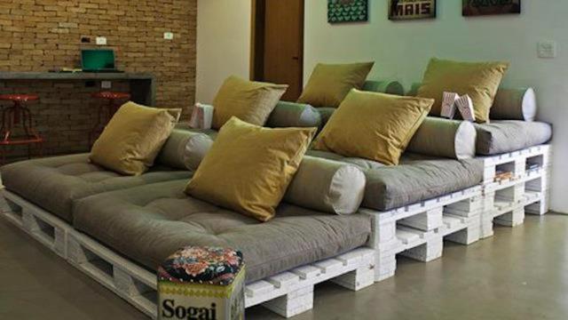 1. Những tấm gỗ pallet có thể xếp chồng lên nhau tạo thành các bậc ngồi cho một rạp chiếu phim tại nhà.