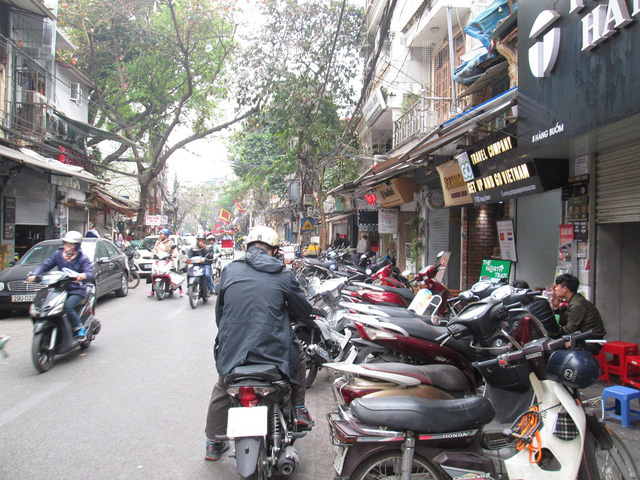 Tại nhiều con phố vẫn là hình ảnh của hàng loạt xe máy đỗ trên vỉa hè.