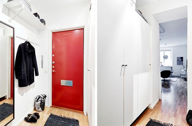 Lối vào nhà ấn tượng với điểm nhấn từ màu đỏ của cửa chính.