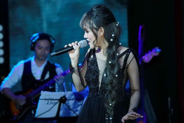 Khả Linh thể hiện tất cả 13 ca khúc trong mini show.