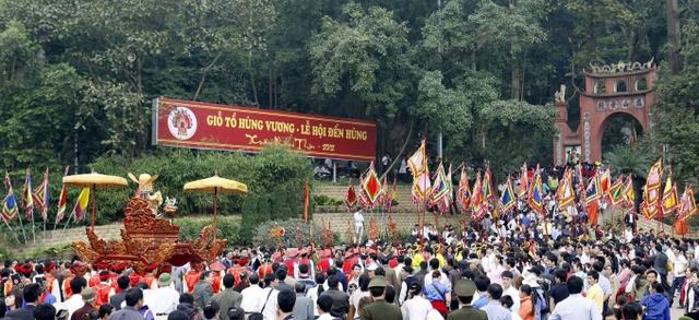 Những năm gần đây, Đền Hùng luôn quá tải lượng khách về thăm vào dịp Giổ tổ Hùng Vương mùng 10/3. Hình minh họa