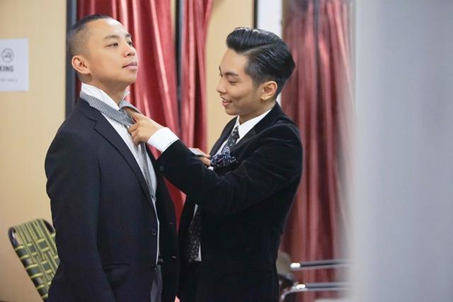 Phan Hiển giúp Chí Anh đeo cravat. Producer: Nguyễn Thiện Khiêm, photo: Nghĩa Bùi
