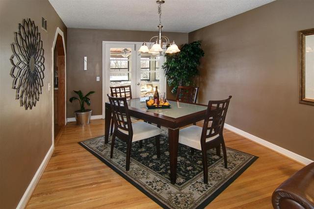 1. Phòng ăn mộc mạc có lẽ là loại phòng cần đến những chiếc thảm để trang trí nhất. Sự quyến rũ tự nhiên của những chiếc thảm trang trí có màu trầm, tối đem lại vẻ hoài cổ, ấm cúng và quen thuộc lạ thường. Thêm một tấm thảm vào phòng ăn mộc mạc sẽ làm tăng cảm giác này.