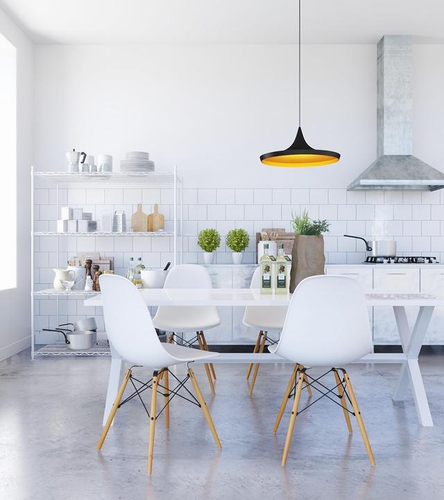 1. Chúng ta bắt đầu với 1 phòng ăn sử dụng toàn sắc trắng đơn giản, pha lẫn với màu xanh của những chậu cây nhỏ và màu gỗ của chân ghế. Chiếc đèn treo màu vàng đem đến sự gắn kết cho toàn bộ không gian.