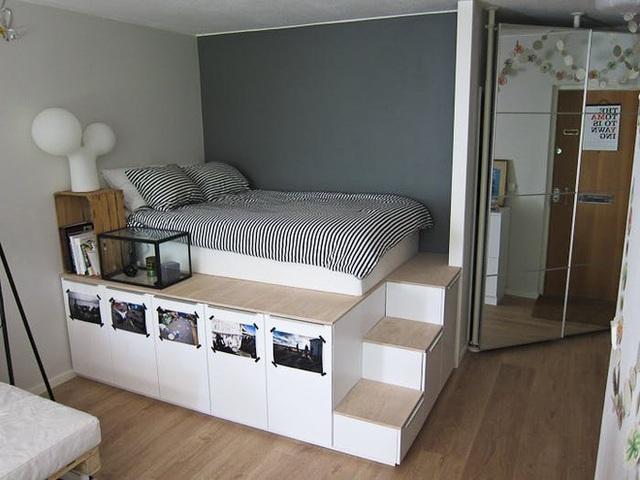 Phía thân giường sẽ là cả một kho chứa đồ rộng lớn một khi chiếc giường được thiết kế nâng độ cao để tích hợp tủ ở dưới. Ngay cả các bậc thang lên xuống giường cũng biến thành hộc ngăn kéo đựng đồ siêu tiện dụng.