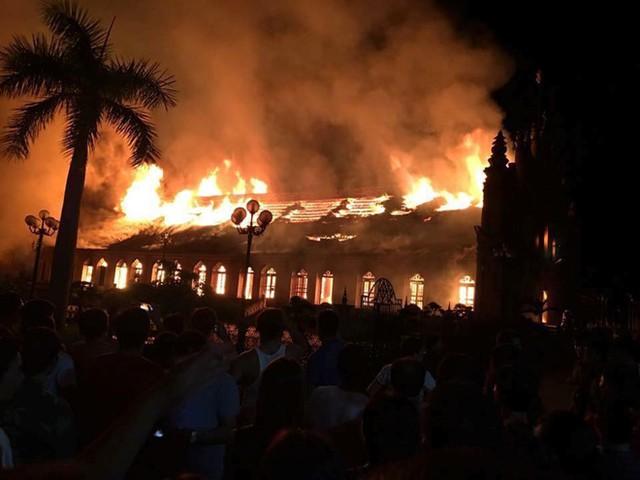 Ngọn lửa bốc cháy dữ dội thiêu rụi hoàn toàn ngôi nhà thờ cổ. Ảnh: Ngô Bình.