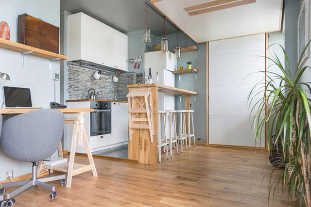 Phòng khách được lựa chọn màu xanh bạc hà nhẹ nhàng, dịu dàng cho không gian thêm lãng mạn. Tủ âm tường màu trắng được thiết kế gắn sát tường giúp vật dụng được gọn thoáng, rộng rãi hơn.