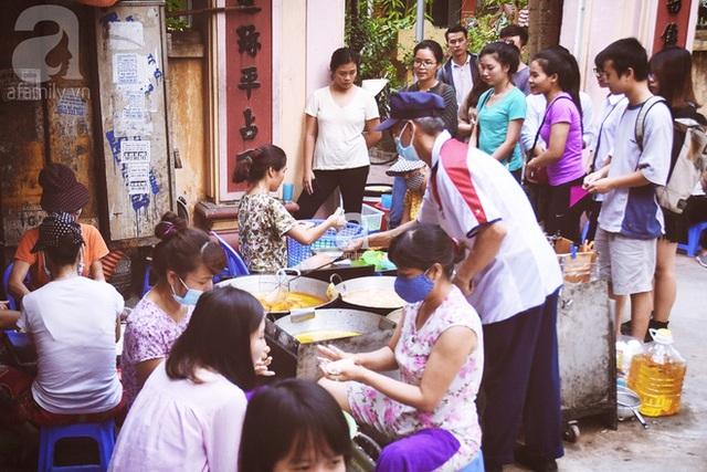 Hàng bánh rán nhỏ nổi tiếng trong ngõ Lạc Long Quân.