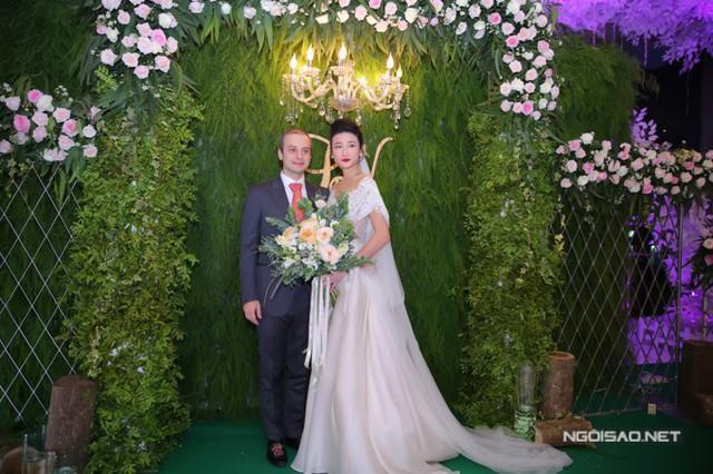 Sau khi đăng ký kết hôn tại thành phố Assisi, Italy vào ngày 23/4, đám cưới của Kha Mỹ Vân và chồng Tây đã được tổ chức tại TP HCM vào tối 9/11.