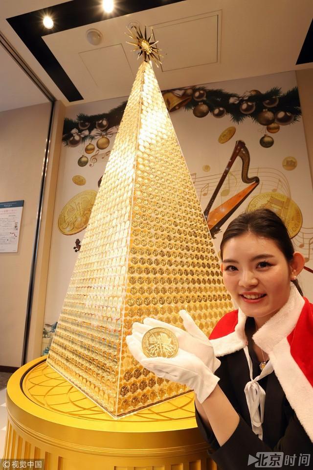 Cây Noel hình kim tự tháp được kết nối bằng những đồng tiền vàng.
