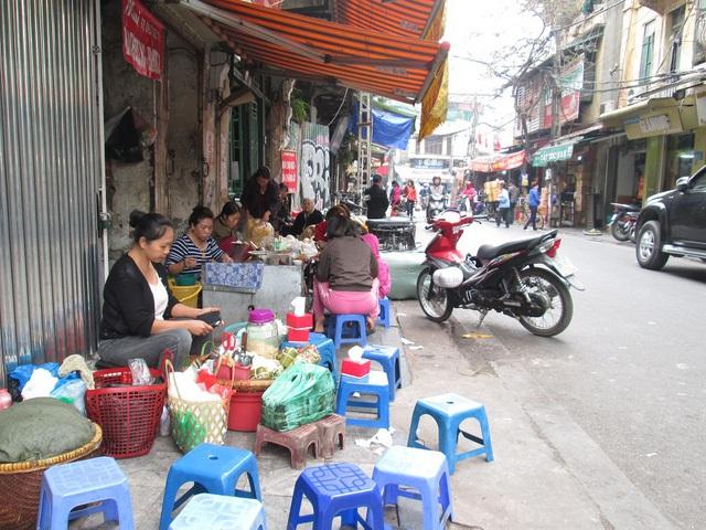 Những người bán hàng nhỏ lẻ tỏ ra điềm nhiên với việc Hà Nội đẩy mạnh công tác giành lại vỉa hè cho người đi bộ.