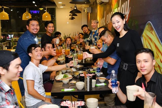 Cô đã tổ chức một buổi tiệc để chiêu đãi đoàn phim Sài Gòn, anh yêu em sau đại thắng tại Lễ trao giải Cánh diều 2017 vừa qua.