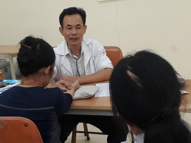 Lương y Khương đang bắt mạch cho bệnh nhân