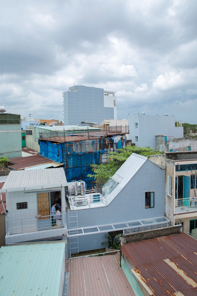 Với vị trí nằm trong khu dân cư có mật độ đông đúc, việc thiết kế để căn hộ lấy được đủ ánh sáng và gió trở thành bài toán khó cho các kiến trúc sư.