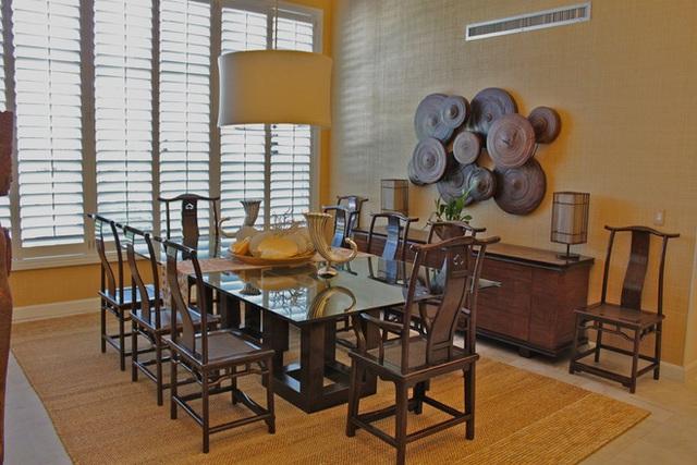 2. Sử dụng một chiếc thảm màu nâu thực sự mang lại cảm giác tự nhiên cho căn phòng. Tấm thảm dưới bàn ăn nên có màu tối nhất trong phòng để ngay lập tức thu hút sự chú ý của chính nó và bàn ăn.