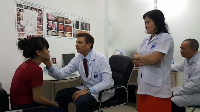 Giáo sư, Tiến sĩ Michael Tirant tư vấn miễn phí cho bệnh nhân vảy nến.