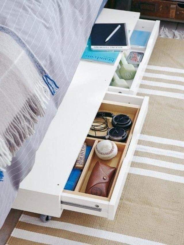 Chỉ cần sở hữu một chiếc giường với hai ngăn kéo dọc thân giường là bạn đã có được nơi cất trữ chăn màn, ga gối hay quần áo lý tưởng mà ngăn nắp.