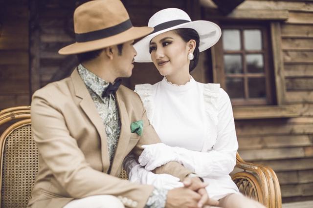 Sau khi giảm cân, lấy lại vóc dáng thon thả, kiều nữ tự tin cùng ông xã thực hiện bộ ảnh kỷ niệm. Đôi vợ chồng diện trang phục phong cách thanh lịch, cổ điển, diễn xuất tình tứ bên nhau.