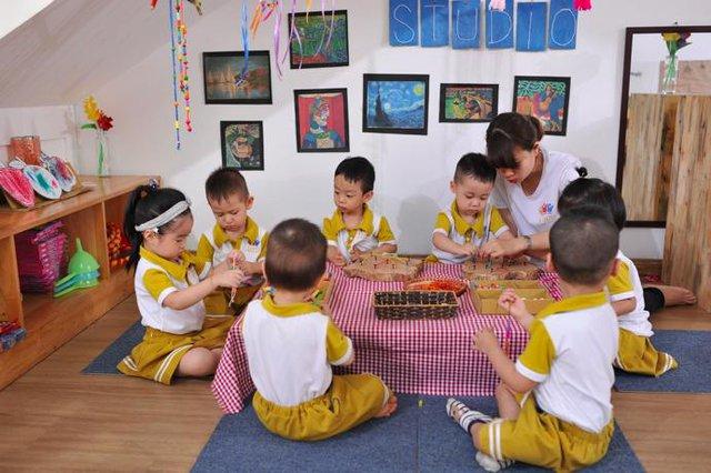 Tại trường Mầm non Năng Khiếu Louis (Hà Nội), các cô giáo hiểu rõ đặc điểm sức khoẻ, tính cách… của từng bé. Vì thế, nhà trường tạo được môi trường lý tưởng cho các bé phát triển.