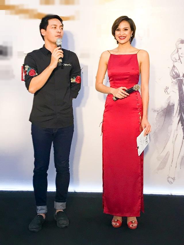 Phương Mai tươi tắn khoe sắc bên MC Phan Anh.