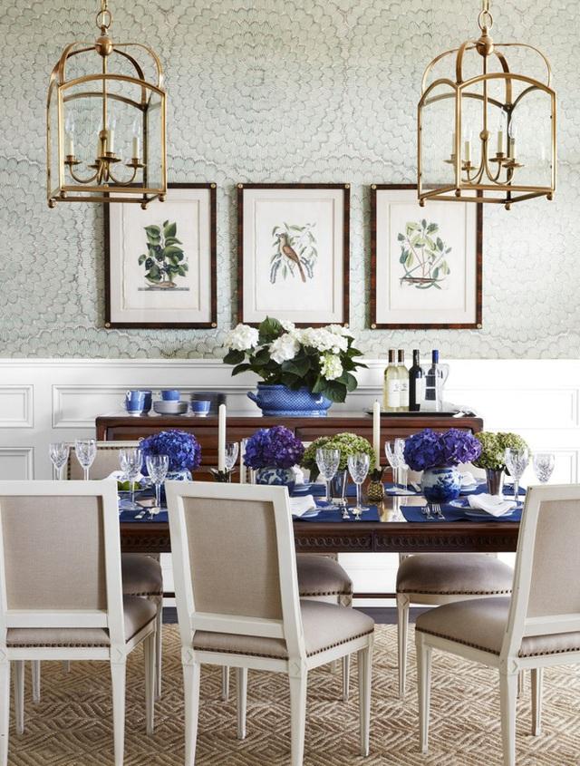2. Với cách trang trí thông thường, tạo điểm nhấn trên tường và cắm hoa trên bàn, chúng chưa đủ để tạo nên nét đẹp độc đáo. Bạn có thể xem xét việc mua phụ kiện như một đôi đèn lồng nhỏ xinh treo phía trên với kiểu dáng lạ mắt. Chắc chắn phòng ăn sẽ sang trọng và đẹp xinh hơn.