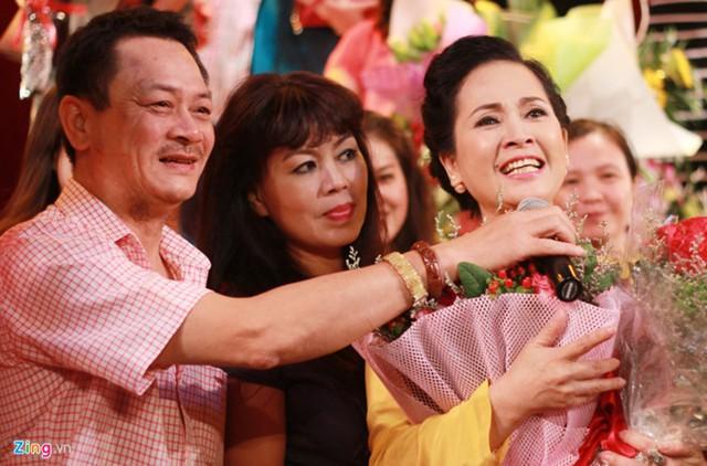 NSND Anh Tú cầm micro cho NSND Lan Hương chia sẻ với khán giả trong đêm nữ nghệ sĩ chia tay nhà hát trước khi về hưu vào tháng 10/2016.