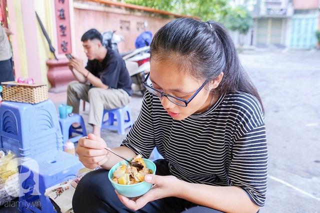 1 suất cho 1 người ăn thường là 2 bánh mặn, cắt nhỏ ra chiếc bát ăn cơm.