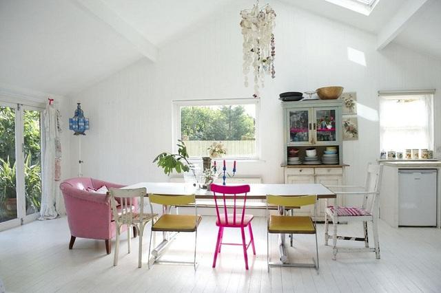 Chắc chắn bạn sẽ bị hút mắt ngay vào bộ bàn ăn này khi vừa đặt chân vào bếp.