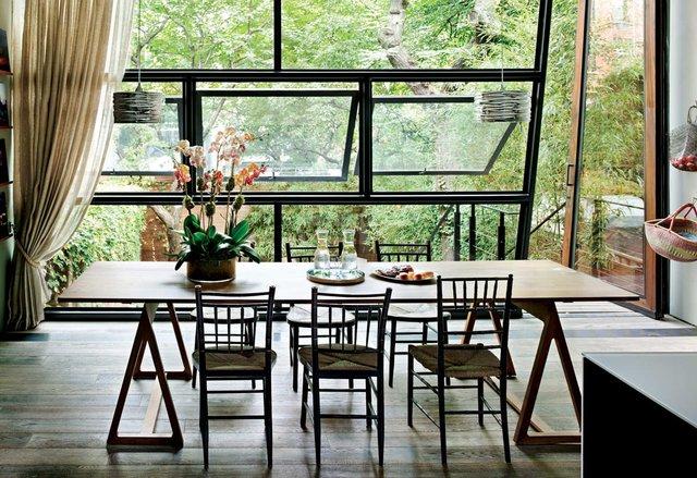 11. Phòng ăn này gây ấn tượng gần gũi với thiên nhiên với những chiếc ghế tre và góc nhìn thẳng ra khu vườn xanh mượt.